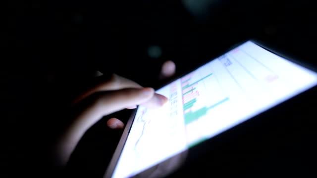 Mulher usando Tablet analisando estoque - vídeo
