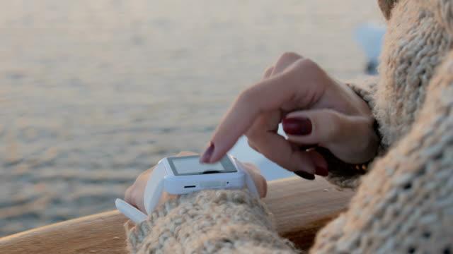 woman using wearable smart watch - носимый компьютер стоковые видео и кадры b-roll