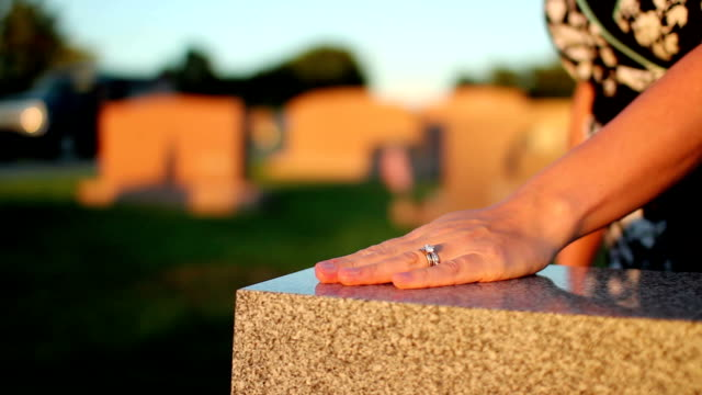 stockvideo's en b-roll-footage met woman visits grave in cemetery - funeral crying