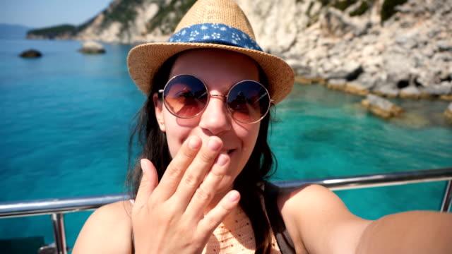 kvinna vlogging från en kryssning båt - blåsa en kyss bildbanksvideor och videomaterial från bakom kulisserna