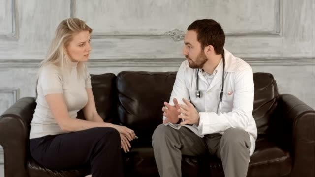 Frau warten auf der Arzt im Krankenhaus lobby auf einem grünen Bildschirm Chroma Key – Video