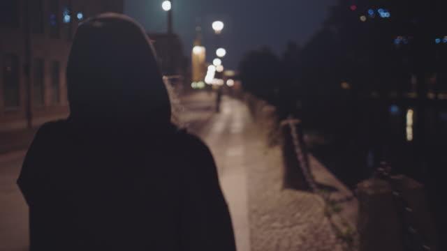 獨自走在城市街道上的女人 - 深色的 個影片檔及 b 捲影像