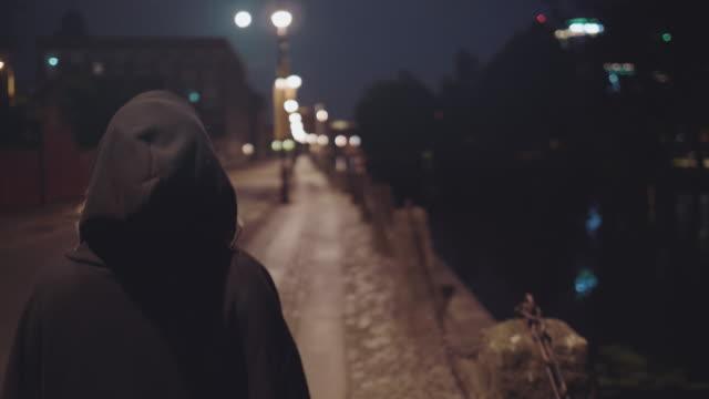 woman walking alone on city street - podążać za czynność ruchowa filmów i materiałów b-roll