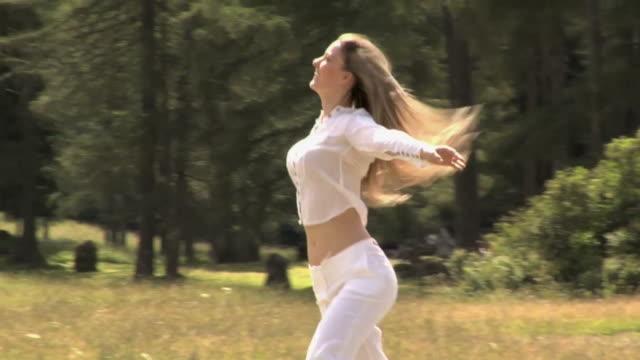 woman walking and looking around - gympingdräkt bildbanksvideor och videomaterial från bakom kulisserna