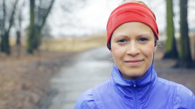donna camminare e correre - woman portrait forest video stock e b–roll