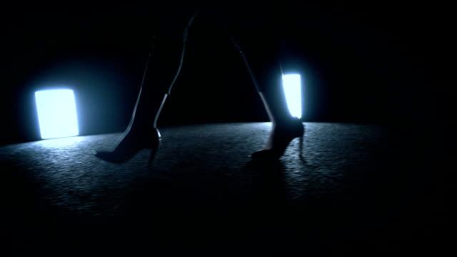 vídeos de stock, filmes e b-roll de mulher caminhando à noite - salto alto