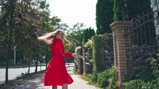 vídeos de stock e filmes b-roll de woman walking at town street - só mulheres jovens