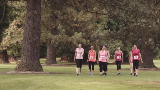 여성 유방암 인식에 대 한 - breast cancer awareness 스톡 비디오 및 b-롤 화면