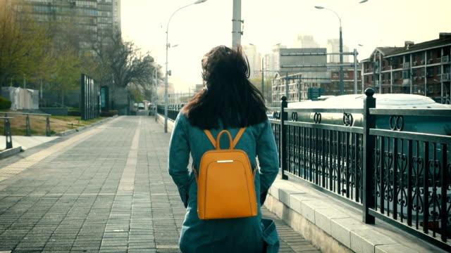 도시 거리에 걷는 여자 - 방관적인 사람들 스톡 비디오 및 b-롤 화면