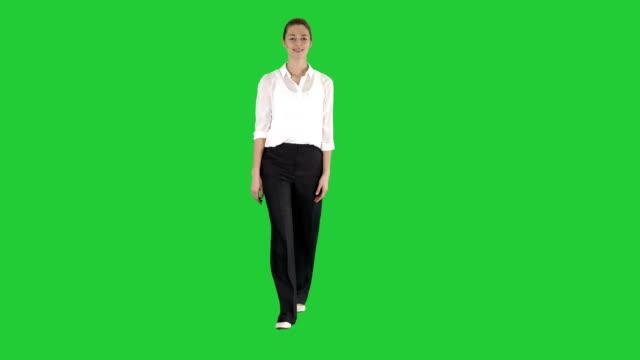 グリーン スクリーン、クロマキーの正式な衣装で歩いている女性 - 全身点の映像素材/bロール