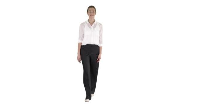 白い背景にフォーマルな服装で歩く女性 - 全身点の映像素材/bロール