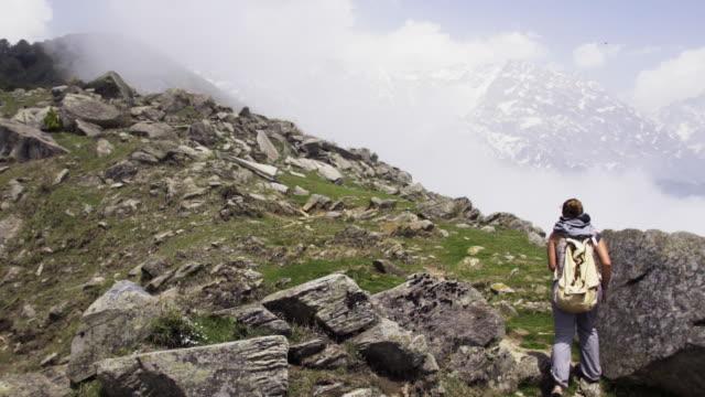 frau zu fuß in den bergen auf sonnigen tag - himachal pradesh stock-videos und b-roll-filmmaterial