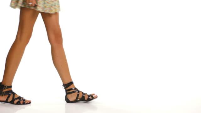 Mujer caminar en sandalias - vídeo
