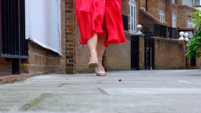 vídeos y material grabado en eventos de stock de mujer caminando en tacones altos de color plata - falda
