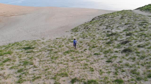 kvinnan promenader i sanddynerna i japan - 35 39 år bildbanksvideor och videomaterial från bakom kulisserna