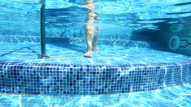Frau zu Fuß in die Unterwasserwelt in Zeitlupe – Video