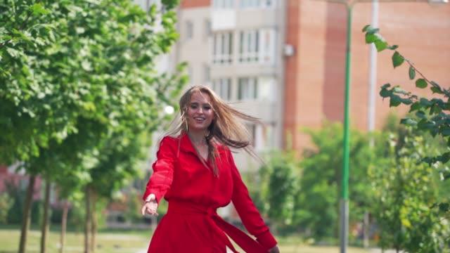 vídeos de stock e filmes b-roll de woman walking on city street - só mulheres jovens