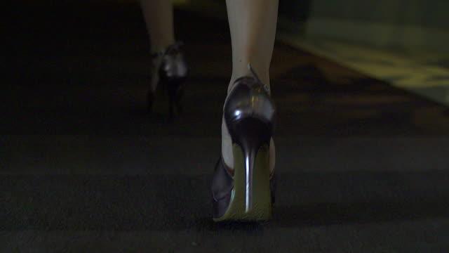 vídeos de stock, filmes e b-roll de hd : mulher caminhando na highheels - salto alto