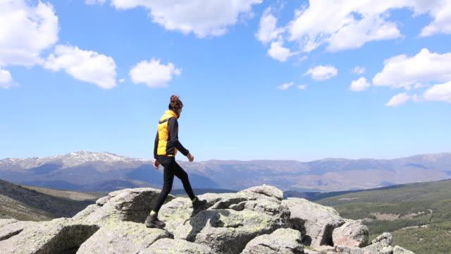 kvinnan promenader på stenar i berg - vidbild bildbanksvideor och videomaterial från bakom kulisserna