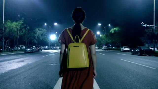 孤独な夜の通りを歩いて女性 - 不吉点の映像素材/bロール