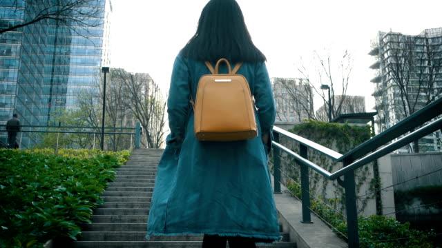 woman walking on street staircases - пешеходная дорожка путь сообщения стоковые видео и кадры b-roll