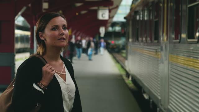 kvinnan promenader på train station plattform - waiting for a train sweden bildbanksvideor och videomaterial från bakom kulisserna