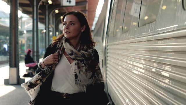 tren istasyonu platformu üzerinde yürüyen kadın - i̇stasyon stok videoları ve detay görüntü çekimi