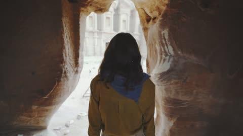 vidéos et rushes de femme marche hors siq canyon et de la recherche au trésor à petra - exploration