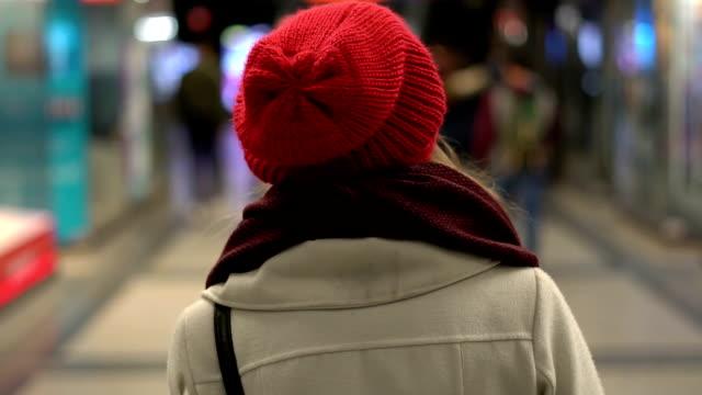 woman walking through the city - od tyłu filmów i materiałów b-roll
