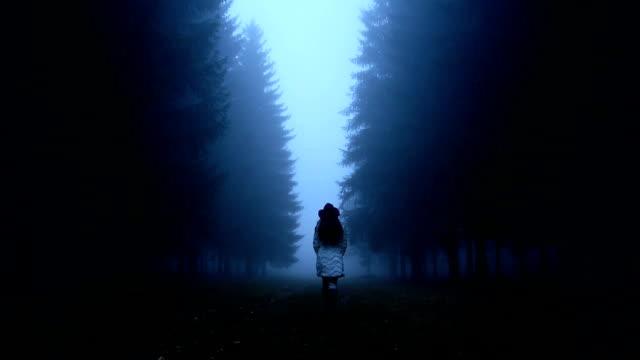 Vrouw lopen door het bos video
