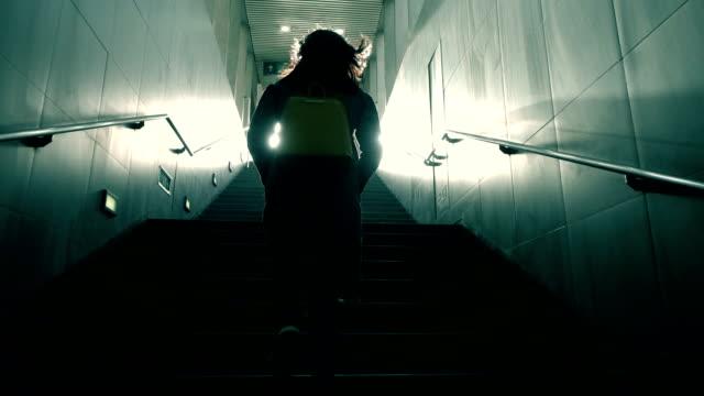 vídeos y material grabado en eventos de stock de mujer subiendo en oscuridad - espalda partes del cuerpo
