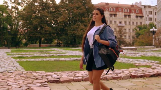 donna che cammina con lo zaino in città - dorso umano video stock e b–roll