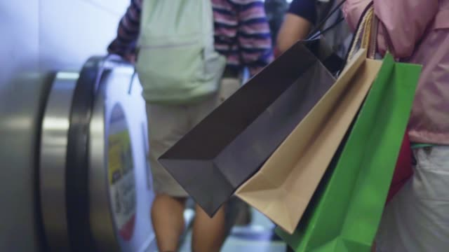 vídeos de stock e filmes b-roll de woman walking with shopping bags,slow motion - tote bag
