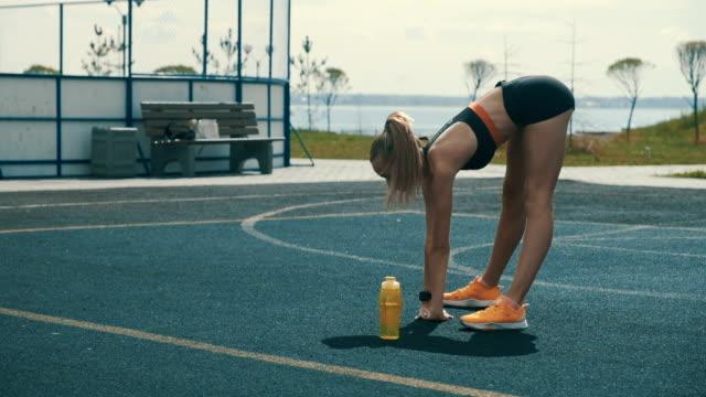 vidéos et rushes de exercices d'échauffement de femme - joggeuse