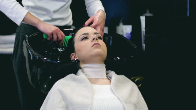 frau haare waschen in friseursalon - friseur lockdown stock-videos und b-roll-filmmaterial