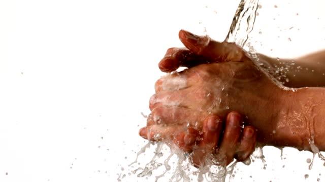 vídeos de stock, filmes e b-roll de mulher lavando suas mãos com sabão - sabonete