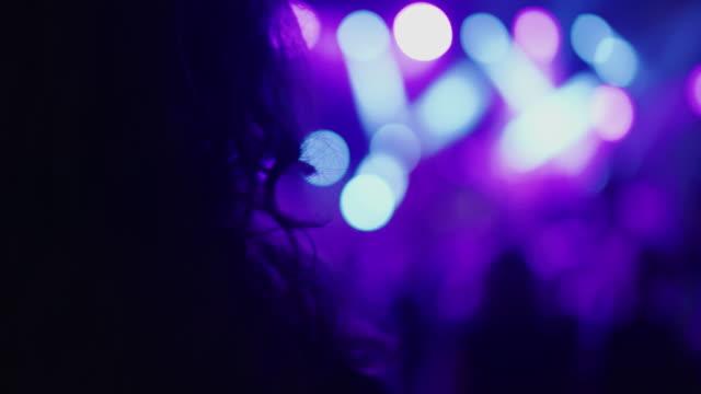 cu 여자 보고 음악 콘서트 - 방관적인 사람들 스톡 비디오 및 b-롤 화면