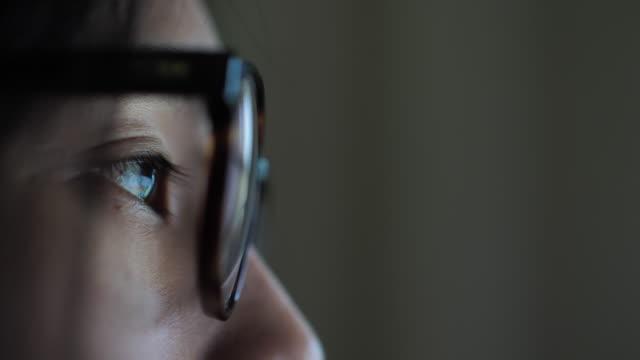 donna che guarda lo schermo, riflessione negli occhiali - professione finanziaria video stock e b–roll