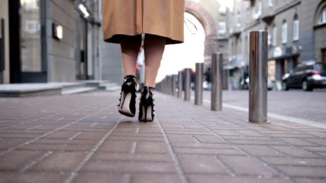 Femme portant des talons hauts noir chaussures éloignant - Vidéo