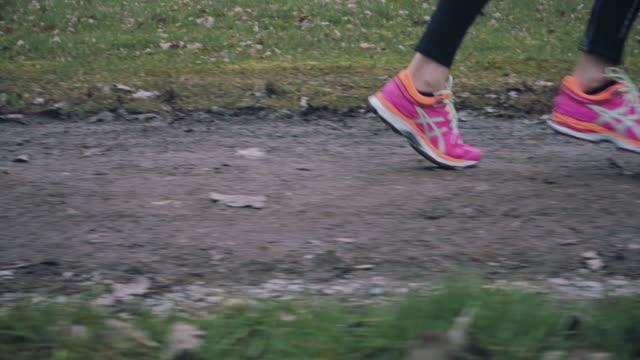 stockvideo's en b-roll-footage met vrouw helder roze loopschoenen dragen - running shoes