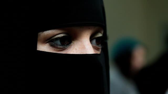 vídeos y material grabado en eventos de stock de woman wearing burqa/burkha velo - islam