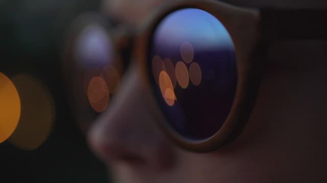 frau tragen modische brillen. licht reflektiert in gläsern - sonnenbrille stock-videos und b-roll-filmmaterial