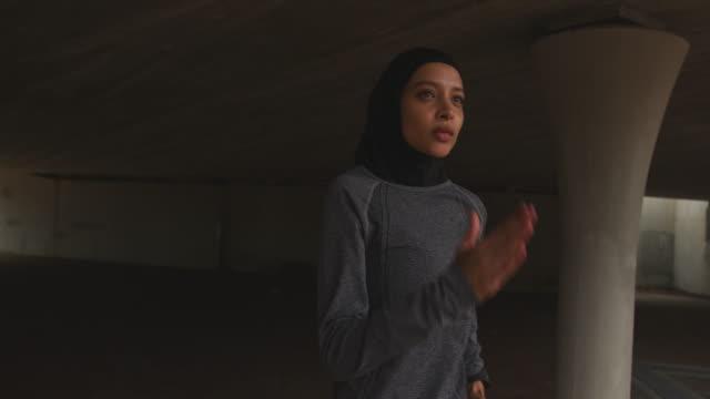 kvinna bär hijab kör - hijab bildbanksvideor och videomaterial från bakom kulisserna