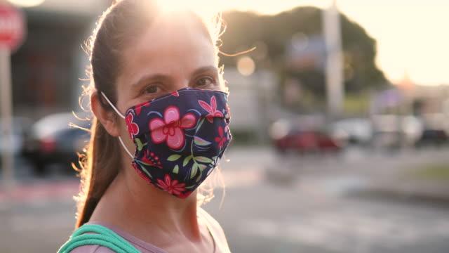 kvinna bär hemmagjord skyddsmask - face mask bildbanksvideor och videomaterial från bakom kulisserna