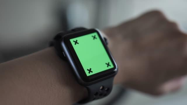 vidéos et rushes de femme portant une montre intelligente pour exercice, chroma key - chrono sport