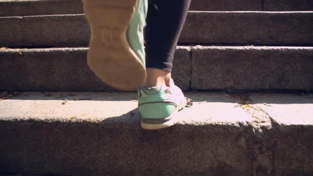 kvinna som bär sportkläder upp för trapporna - trappa bildbanksvideor och videomaterial från bakom kulisserna