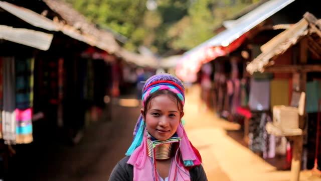 donna con il tipico anelli in metallo intorno il suo collo - myanmar video stock e b–roll