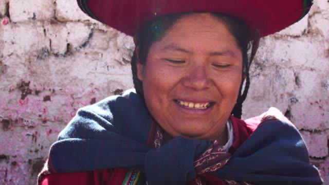 frau mit traditionellen hut in chinchero, peru - peru stock-videos und b-roll-filmmaterial