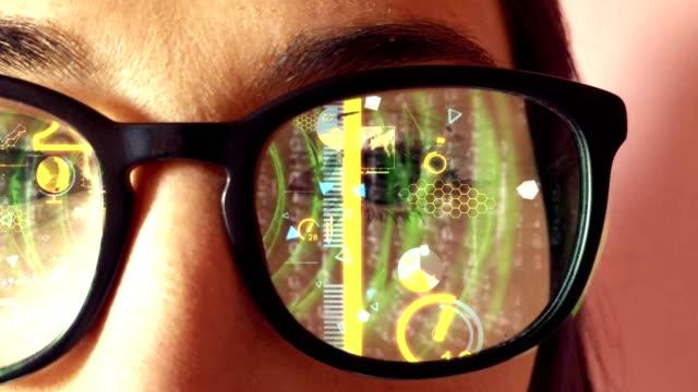 woman wearing virtual reality glasses - computer indossabile video stock e b–roll