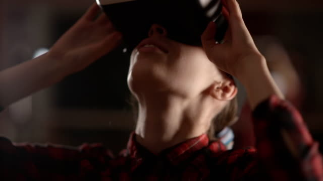 vidéos et rushes de lunettes de la femme portant la réalité virtuelle. verres vr. 360 degrés. casque de réalité virtuelle. réalité virtuelle de porter des lunettes. smartphone avec vr. réalité virtuelle en vidéo - lieu sportif